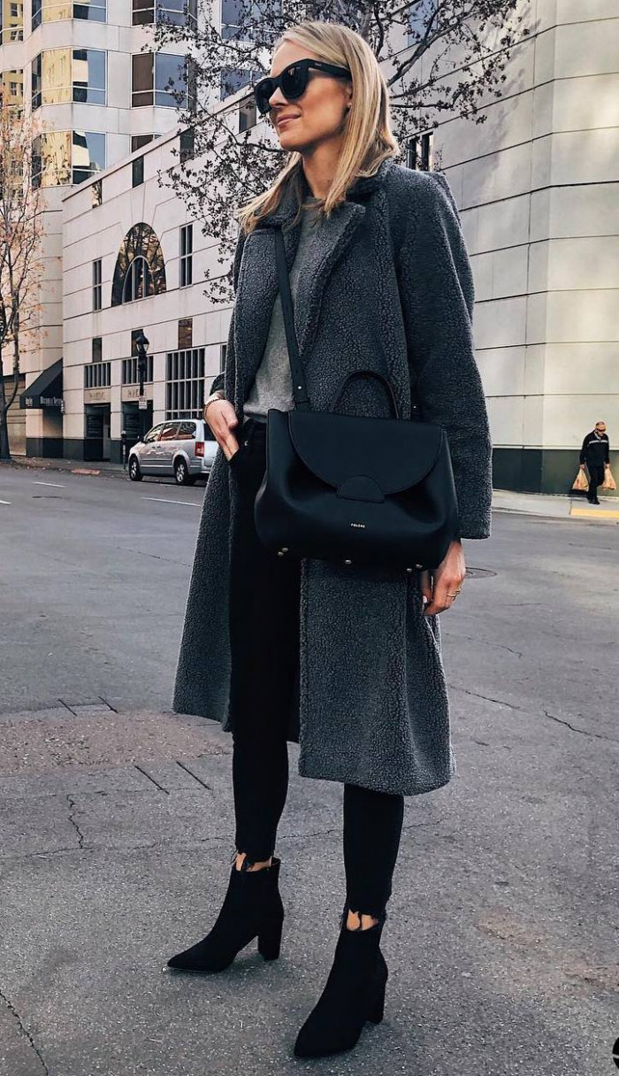 Это изображение имеет пустой атрибут alt; его имя файла - cozy-winter-outfit-coat-plus-bag-plus-skinnies-plus-sweater.jpg