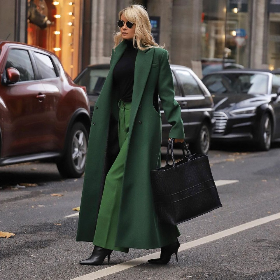 Широкие брюки осенью. Зеленый монохромный образ